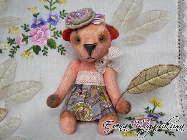 Розовая мишка в цветах