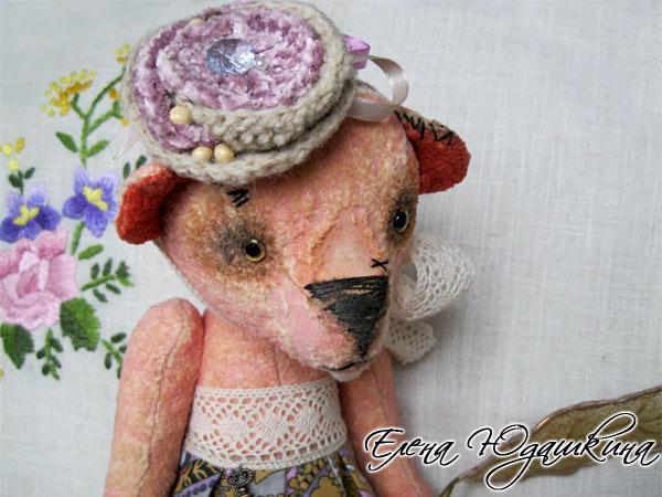 Розовая мишка в шляпке